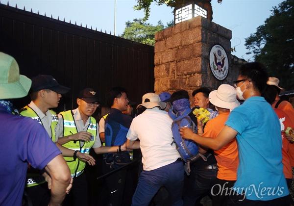 15일 오후 서울 대학로에서 열린 8·15 반전평화 범국민대회 참가자 중 일부가 탄저균 국내 반입 규탄과 오바마 미국 대통령의 사과를 촉구하기 위해 서울 정동 미대사관저 앞에서 기습시위를 벌이다 경찰과 몸싸움을 벌이고 있다.