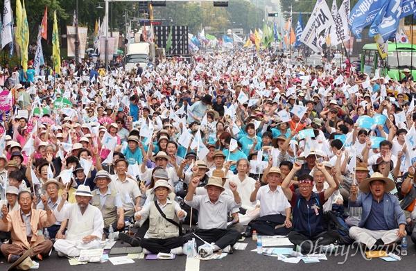 광복 70돌, 6·15공동선언 채택 15돌 민족공동행사 준비위 주최로 15일 오후 서울 대학로에서 열린 민족통일대회에서 참가자들이 함께 만세를 부르고 있다.