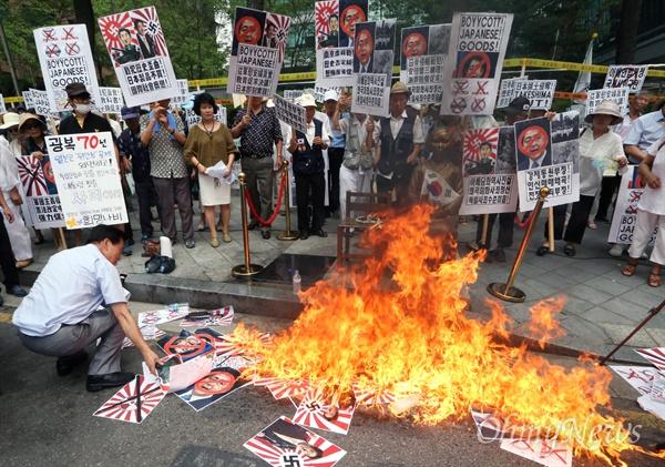 어버이연합 회원들이 15일 서울 중구 주한일본대사관 앞에서 일본규탄 집회를 벌이던 중 아베 총리의 사진을 불태우고 있다.