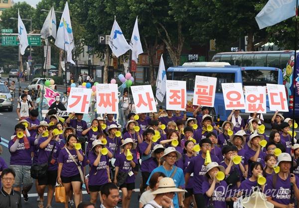 15일 오후 서울 대학로에서 열린 8·15 반전평화 범국민대회를 마친 참가자들이 '사과없는 아베담화'를 규탄하며 종각사거리까지 행진하고 있다.