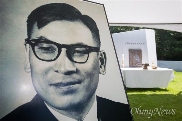 17일 오전 경기도 파주 장준하공원에서 열린 고 장준한 선생 40주기 추모식에서 고 장준하 선생의 영정사진이 놓여 있다.