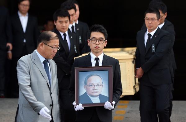 중국 베이징에서 지병인 암으로 별세한 고(故) 이맹희 CJ그룹 명예회장의 시신이 17일 오후 서울 김포공항 화물청사를 통해 운구되고 있다.