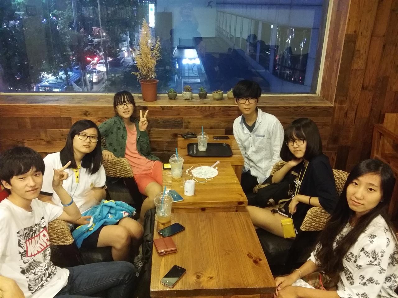 갈월동의 한 카페에서 모인 '아까그팀'의 팀원들