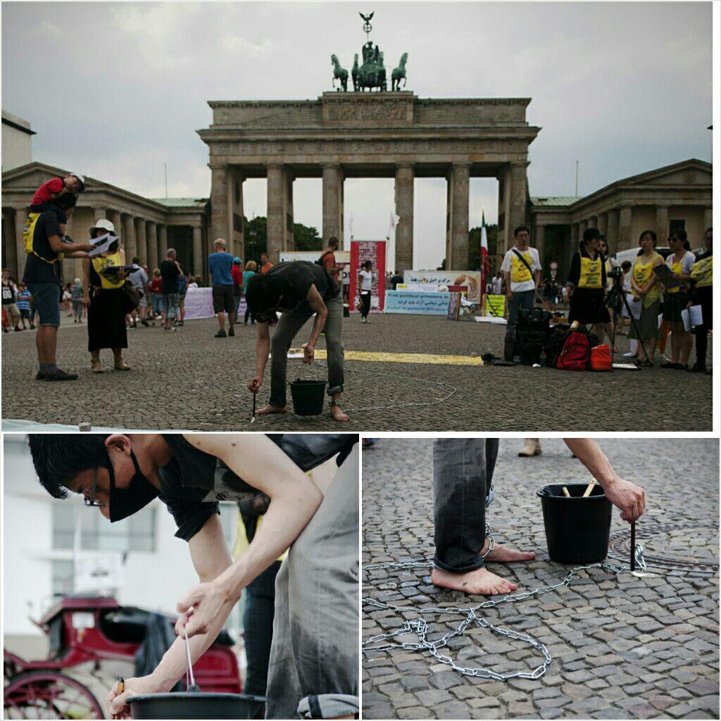 15일 베를린에서 열린 세월호 집회 이민재씨는 4월 16일로부터 8월 15일까지 487일간의 시간을 광장에 한자씩 물로 썼다.