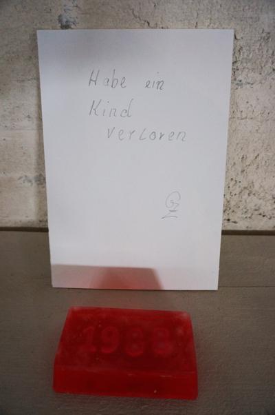 전시된 친케 할머니의 비누와 글. 빨간 비누 안에 '1988'이라는 숫자는 그녀가 아들을 잃어버린 해를 뜻한다.
