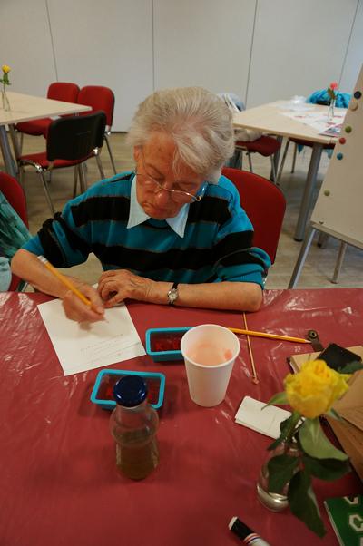 자신의 비누를 다 만들고 자신의 불안에 대해 글을 쓰고 있는 지그리드 할머니