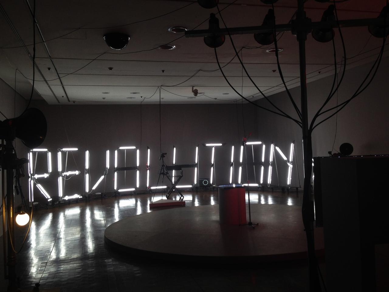 <피스마이너스원>의 일부인 2인 컬렉티브인 방&리의 작품