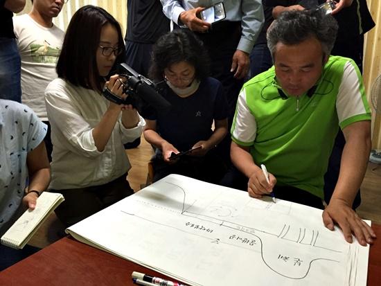 붕괴의 악순환과 세굴현상을 설명하는 박창근 교수