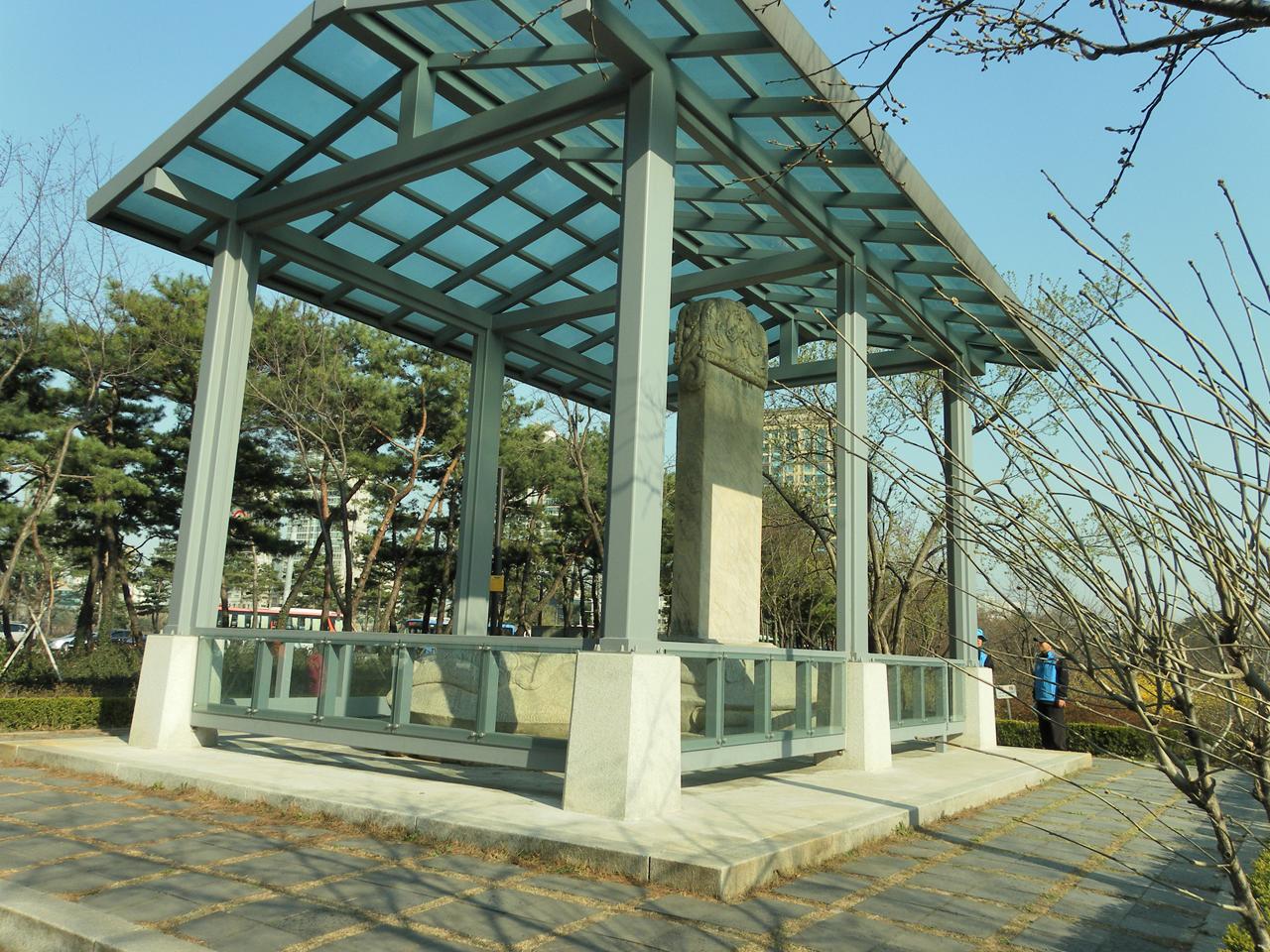인조정권이 친청나라 노선으로 돌아섰음을 웅변하고 있는 삼전도비. 서울시 송파구 석촌호수 가에 있다.