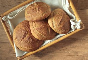 빵을 굽는 일은 남편 이담씨의 몫이다. 이틀에서 일주일까지 저온숙성 시간에 따라 부드러움의 정도가 달라진다는 영양만점 통밀식빵.