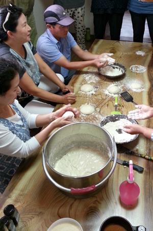 통밀빵 만들기가 진행되고 있다.