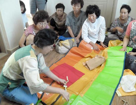 슬로시티대흥 첫 번째 문화특강 '적게 갖고 풍요롭게 살기'에서 재활용품을 활용한 돗자리만들기가 진행되고 있다.