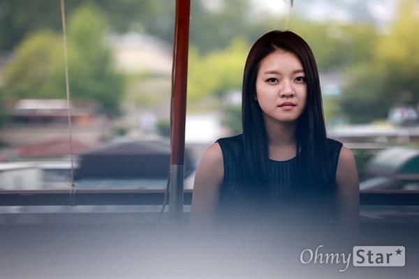 영화 <오피스>의 배우 고아성이 24일 오후 서울 삼청동의 한 카페에서 포즈를 취하고 있다.