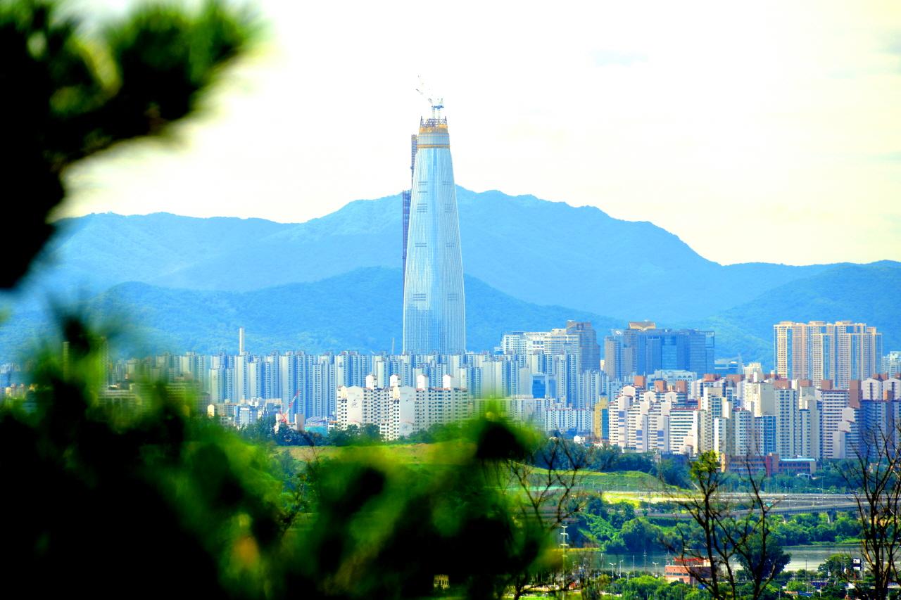 청계산을 가리고 있는 제2롯데월드. 저 밋밋한 빌딩이 서울의 명소가 될까?