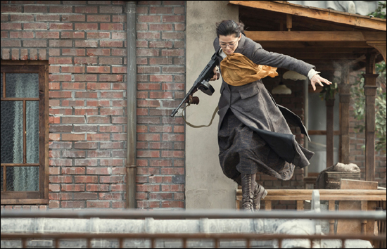 영화 <암살>에서 강인국과 조선주둔군 사령관에 대한 암살 작전은 그들이 비행기 공업회사를 시찰하러 가는 길에 위치한 주유소를 거점으로 펼쳐진다