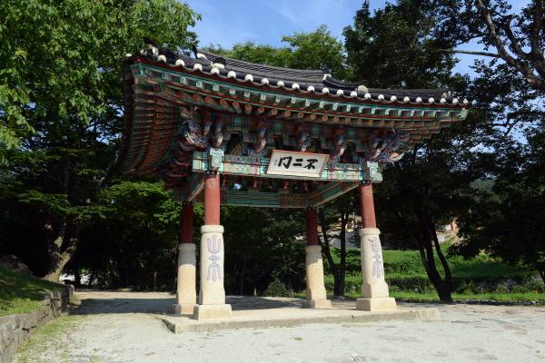 불이문 건봉사 불이문은 1920년에 지어졌으며, 한국전쟁 시 유일하게 불타지 않고 지금까지 원형의 모습을 그대로 유지해 오고 있다.