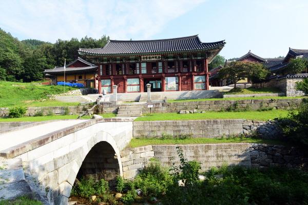 능파교 '고성 건봉사 능파교'(보물 제1336)는 대웅전 지역과 극락전 지역을 연결하는 홍교로서, 숙종 30년(1704)에서 33년(1707) 사이에 지어졌다.