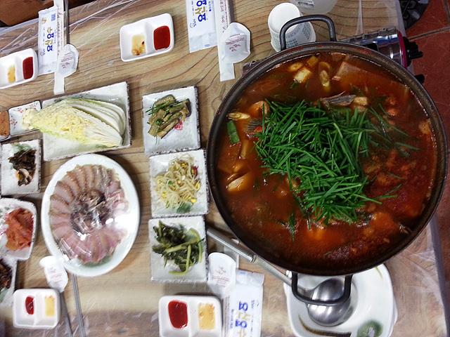 점심 때 먹은 음식에 홍어가 올랐다. 반은 삭힌 홍어이고 반은 삭히지 않은 홍어다