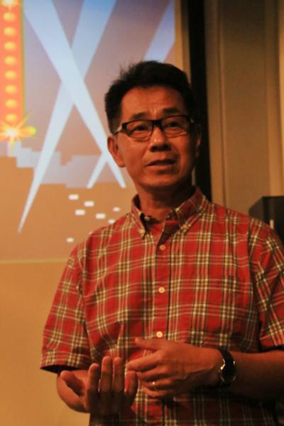 프놈펜 보파나 시청각 센터(Bophana Audoivisual Resource Center)에서 지난 26일(현지시각) 가진 미디어 초청 시사회를 겸한 워크샵에 참석한 영화감독 아서 동(Arthur Dong)이 헹 옹오르의 지난 삶에 대해 설명하고 있는 모습.