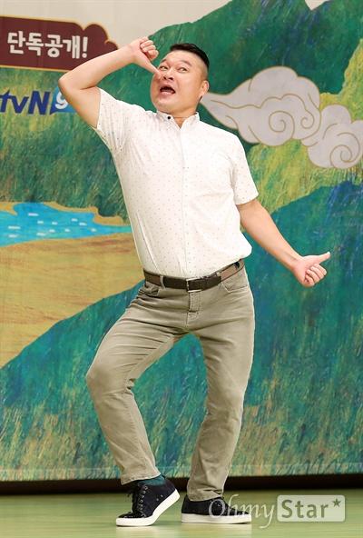 '신서유기' 강호동, 이리봐도 저리봐도 저팔계  1일 오후 서울 여의도 63빌딩에서 열린 tvN <신서유기> 제작발표회에서 저팔계 강호동이 포토타임을 갖고 있다. <신서유기>는 손오공, 사오정, 저팔계, 삼장법사가 등장하는 서유기를 예능적으로 재해석한 리얼 버라이어티쇼로 중국 산시성 시안에서 4박 5일 동안 촬영을 한 '리얼막장 모험활극'이다. 4일 오전 온라인과 모바일로 공개 예정.