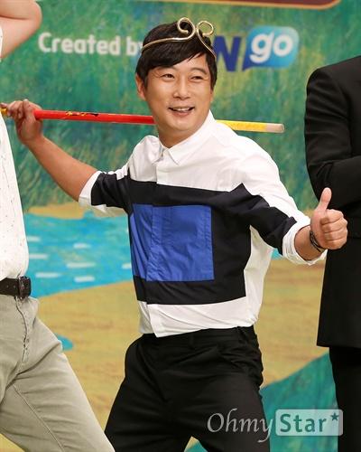 '신서유기' 이수근, 손오공으로 변신  1일 오후 서울 여의도 63빌딩에서 열린 tvN <신서유기> 제작발표회에서 손오공 이수근이 인사를 하고 있다. <신서유기>는 손오공, 사오정, 저팔계, 삼장법사가 등장하는 서유기를 예능적으로 재해석한 리얼 버라이어티쇼로 중국 산시성 시안에서 4박 5일 동안 촬영을 한 '리얼막장 모험활극'이다. 4일 오전 온라인과 모바일로 공개 예정.
