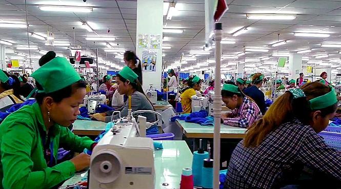 <위로공단> 속 캄보디아 노동자 모습.