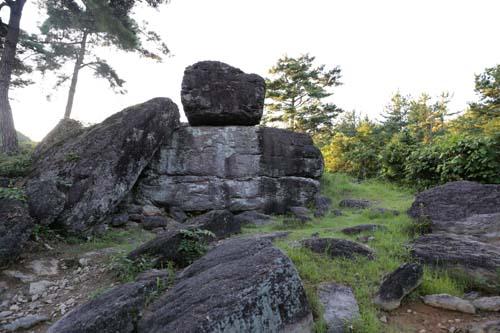 화순 고인돌공원의 감태바위 채석장. 포개진 고인돌이 흡사 사람의 형상을 닮았다.