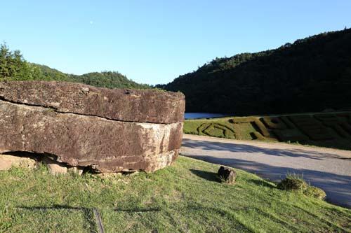 관청바위 채석장의 고인돌 덮개돌. 월곡저수지와 어우러져 더 아름답다.