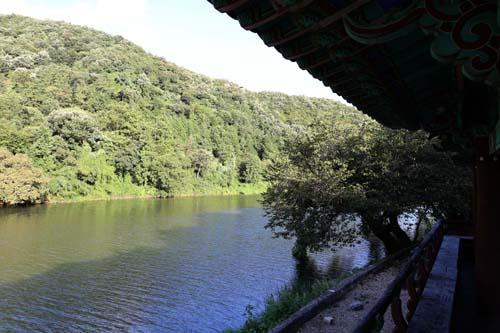 지석강변에 자리하고 있는 영벽정 풍경. 강물과 조화를 이룬 누정이 예쁘다.