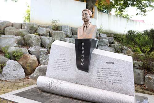 능주초등학교에 세워져 있는 정율성 흉상. 정율성은 중국 혁명 음악가로 알려져 있다.