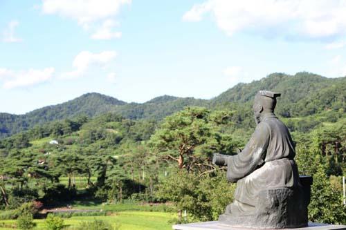 주자묘에 서 있는 주자 동상. 화순군 능주면 천덕리에 있다.
