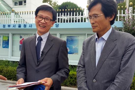 2일 오후 서울대의 유용태 교수(역사교육과)와 오수창 교수(국사학과)가 황우여 교육부장관을 정부서울청사 접견실에서 만난 뒤 기자들에게 내용을 설명하고 있다.