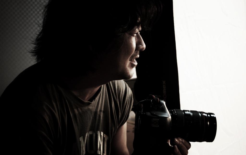 김진석. 사람들이 무서워 피할 것 같지만 사진을 찍을 때 그의 표정은 해맑은 어린아이 같다.