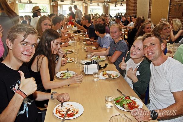 밥 먹으면서 '따봉' '행복사회 덴마크'를 눈으로 확인하기 위해 '<오마이뉴스> 꿈틀비행기 2호'가 8월 13일~22일 덴마크 코펜하겐에 다녀왔다. 17일 찾은 툐료세 슬롯츠 애프터스콜레(Tølløse Slots Efterskole)의 학생들이 식당에서 점심을 먹고 있다.