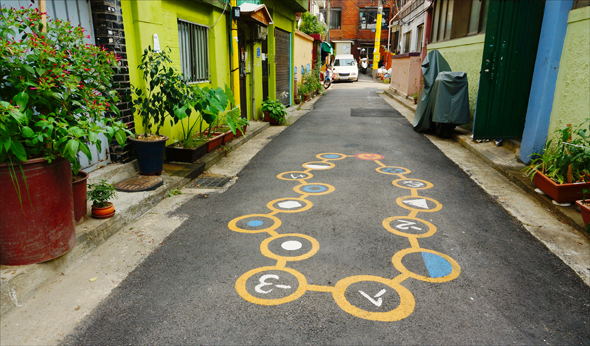 염리동 소금길은 바닥에 아이들을 위한 다양한 놀이그림들을 그려넣은데다가 벽을 칠하거나 그림들을 그려넣거나, 옹기종기 꽃이나 화분을 이용한 텃밭들이 조성되어 있어서 걸으며 구경하는 재미가 있다(2015. 8.28)