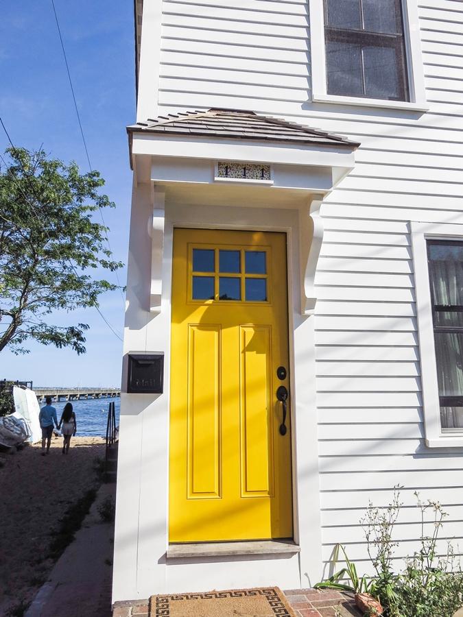 노란 문이 인상적이었던 집