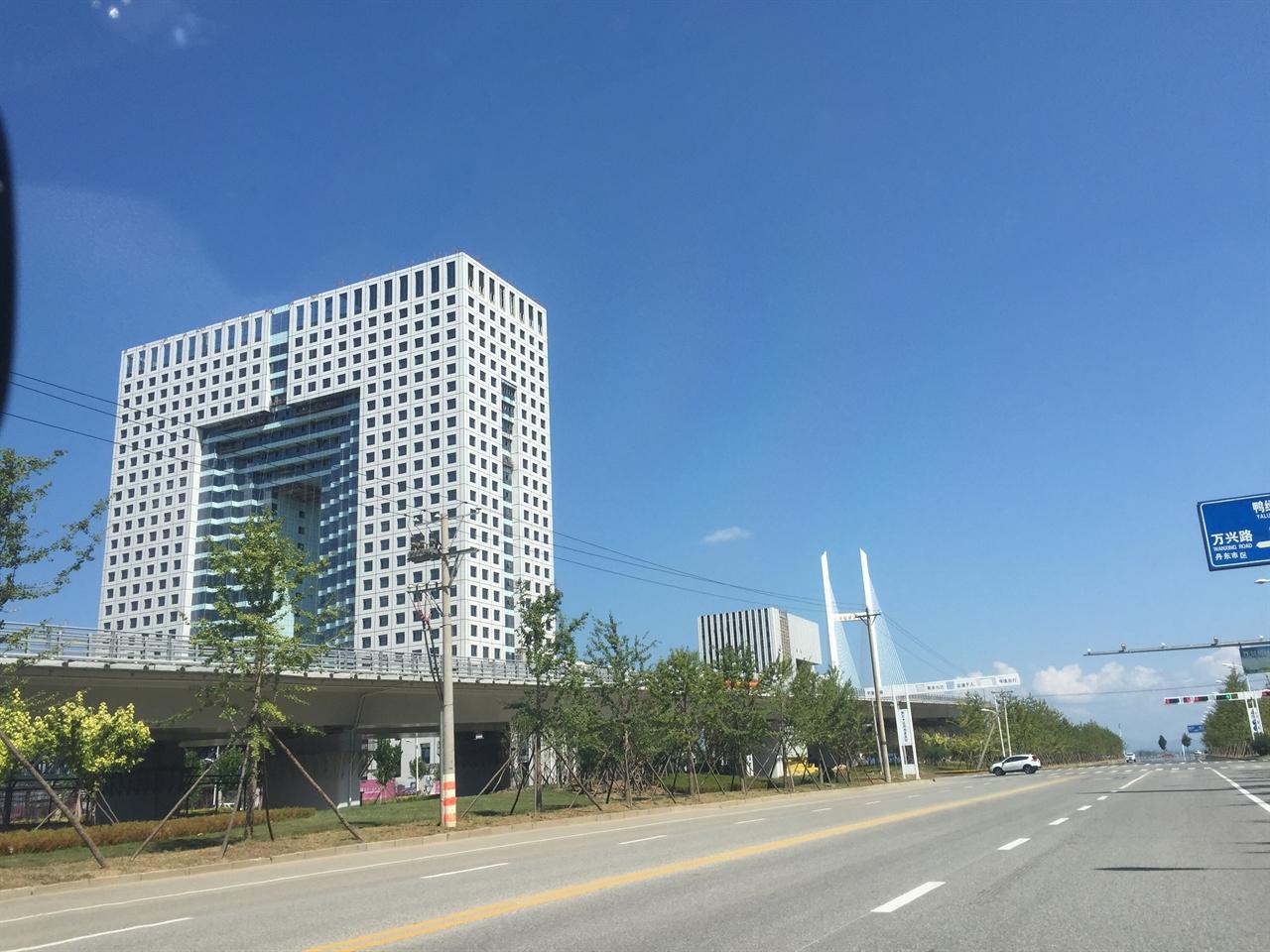2015년 9월 6일에 촬영한 신압록강대교의 중국 측 인프라 부분 신압록강대교 바로 옆 북중 무역을 관장하는 종합 센터가 곧 완공을 준비하고 있다.
