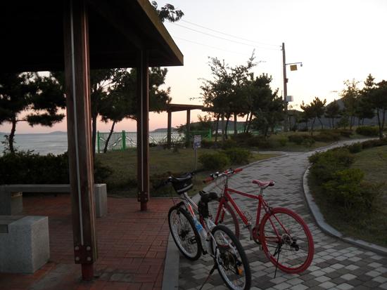 건평나루 쉼터에는 '그리운 금강산 노래비'가 있다. 여러 가지 운동기구와 자전거 보관대가 설치되었다.