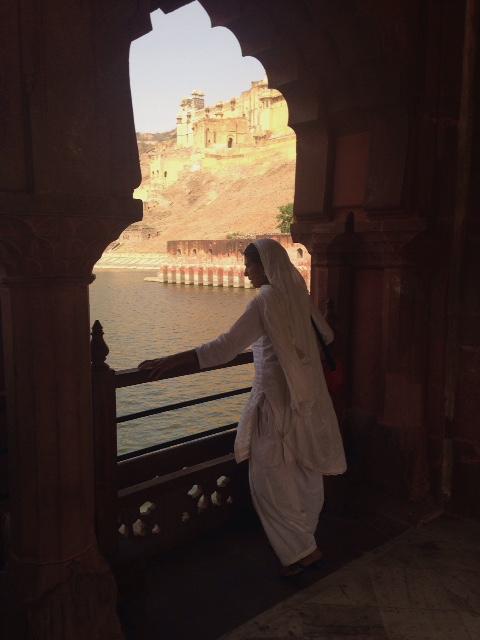 미색의 암메르 포트(Amber Fort)와 참 잘어울렸던 흰색 사리를 입은 여인.
