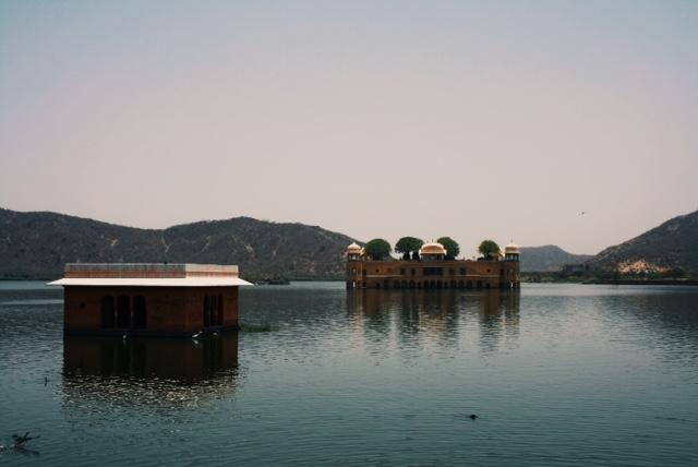 호수 위에 떠있는 궁전 잘 마할(Jal Mahal). 보기엔 근사했지만 호수 주위는 쓰레기 매립지 수준이었다.