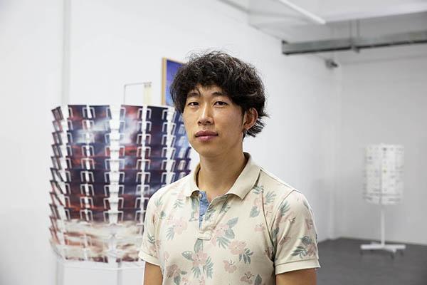 안성석 작가 <우산과 부채> 전시 참여작가이자, 기획 총괄자 안성석. 전시장에서 촬영했다.