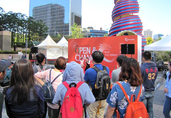 '생사 문화의 날' 행사장에서 공연을 지켜보고 있는 시민들