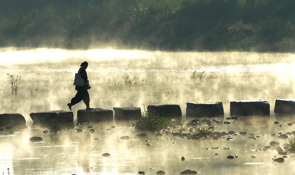 14일 아침 경남 거창군 거창읍 영호강의 물안개.