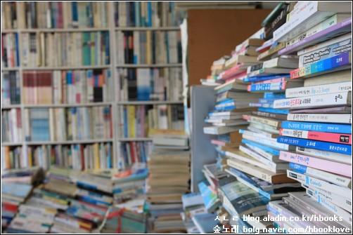 겹겹이 쌓인 책에서 내 마음에 들어올 책을 헤아린다.