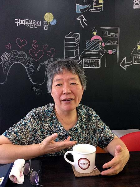 학교 밖 청소년들의 자립 훈련을 위한 커피전문점 <커피동물원>의 대표이자 사회복지사인 김정미 수녀.