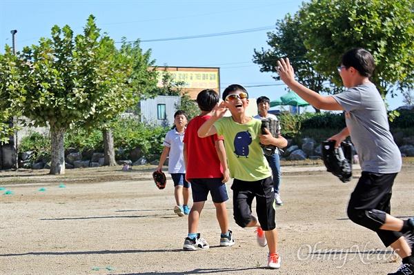 야구, 재밌다! 행복한 인생과 사회를 만들기 위해 '꿈틀'거리는 현장을 찾아가는 '<오마이뉴스> 꿈틀버스 3호'가 11~12일 순천을 찾았다. 11일 꿈틀버스 3호가 찾은 인안초등학교 학생들이 운동장에서 야구를 하며 방과 후 시간을 보내고 있다.