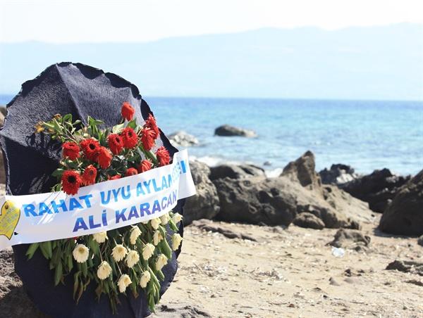 시리아 '꼬마 난민' 아일란 쿠르디가 숨진 채 발견된 터키 보드룸 해안가에 조화가 놓여 있다.