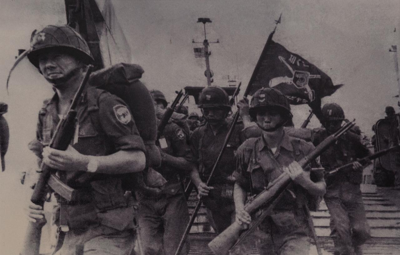 베트남전 당시 가장 많은 군인을 파병한 맹호부대 장병들의 베트남 상륙 장면이다. 사진은 밀라이 박물관에서 촬영.