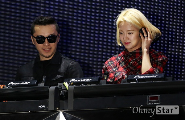'매시업' 효연, 갈고닦은 디제잉 실력! 17일 오후 서울 논현동의 한 클럽에서 열린 SBS MTV < K-EDM 스타 프로젝트 매시업(MASH-UP) > 제작발표회에서 소녀시대 효연이 디제잉 퍼포먼스를 하고 있다. 매시업(MASH-UP)은 EDM, 테크노, 하우스, 트랜스 등의 장르에서 활약 중인 DJ들과 퍼포먼스팀, 작곡팀 등이 서인영, 효연, 미르, 혜정 등 K-POP 스타들을 디제잉과 퍼포먼스 등을 갖춘 EDM스타로 육성하는 프로그램이다. 21일 밤 11시 첫 방송.