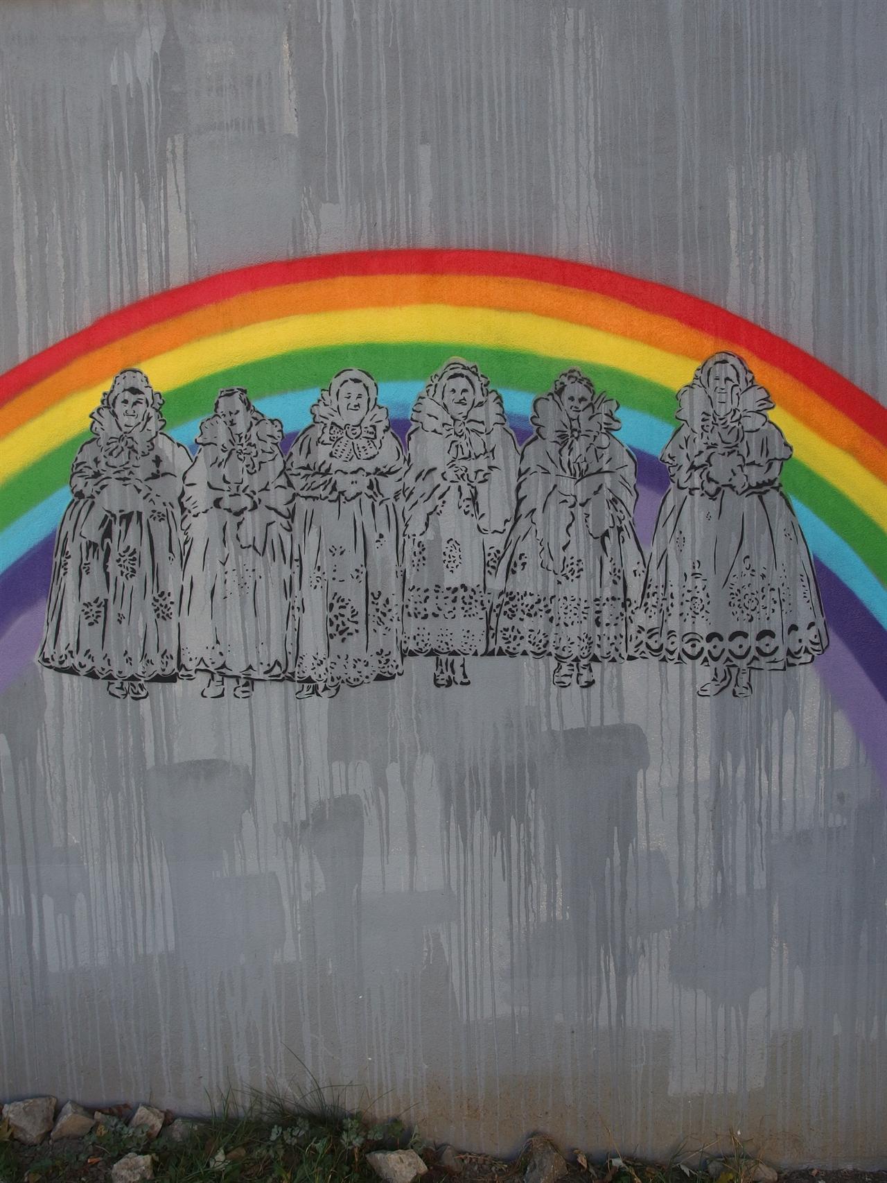 다리우즈(Dariuz)는 이 벽화를 그렸다는 이유로 욕설과 함께 폭행을 당했지만 법원에서는 단순 폭력사건으로 판결했다